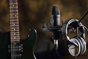 Картинка Вблизи Наушники Микрофон Гитара