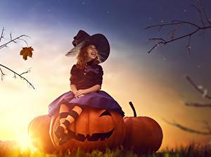 Фото Хеллоуин Тыква Вечер Ведьма Девочка Шляпы Сидя Смех ребёнок