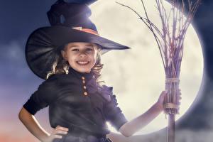 Картинка Праздники Хеллоуин Ведьма Девочки Улыбка Шляпа Луна Ребёнок