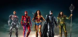 Фотографии Лига справедливости 2017 Чудо-женщина герой Галь Гадот Флэш герои Бэтмен герой Jason Momoa (Aquaman), Ray Fisher (Cyborg) Фильмы Девушки