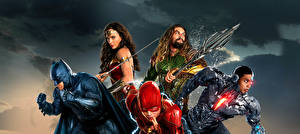 Фотографии Лига справедливости 2017 Чудо-женщина герой Галь Гадот Флэш герои Бэтмен герой Jason Momoa (Aquaman), Ray Fisher (Cyborg) Кино Девушки
