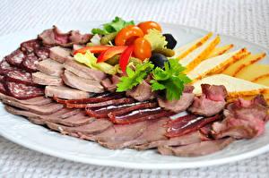 Фотографии Мясные продукты Колбаса Тарелка Нарезанные продукты Пища