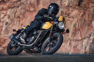 Фотографии Мотоциклист Едущий Шлем