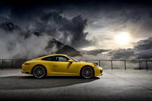Фото Porsche Желтый Сбоку 2015-16 911 Carrera 4S Coupe Автомобили
