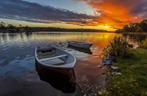 Картинки Речка Рассветы и закаты Лодки Пейзаж Небо Природа