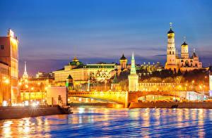 Картинка Россия Москва Здания Речка Мосты Вечер Уличные фонари