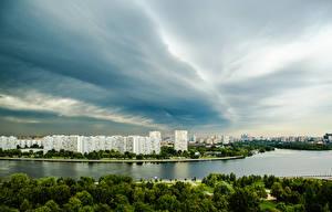 Картинки Россия Москва Здания Речка Небо