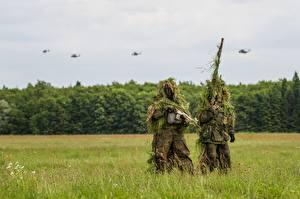Обои Солдаты Маскировка Трава Двое Bundeswehr