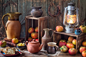 Картинки Натюрморт Керосиновая лампа Яблоки Доски Кувшин Чашка Пища