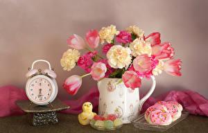 Фото Натюрморт Тюльпаны Будильник Гвоздики Печенье Мармелад Ваза Цветы