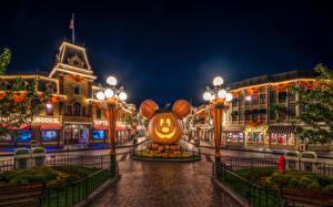 Фотография США Парки Диснейленд Дома Тыква Хеллоуин Ночь HDR Дизайн Калифорния Анахайм Уличные фонари Города