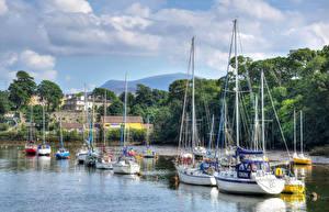 Картинки Великобритания Дома Речка Парусные Яхта Caernarfon North Wales Города