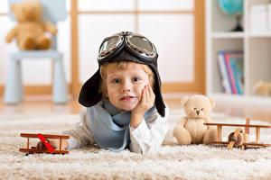 Фотографии Самолеты Плюшевый мишка Мальчики Смотрит Очки Шапки Ребёнок