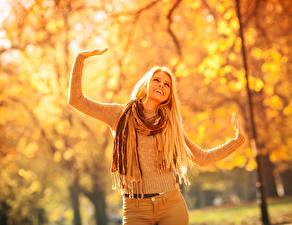 Фотография Осенние Блондинка Улыбка Руки Свитер Шарф Девушки