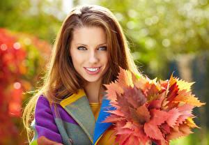 Обои Осень Шатенка Улыбка Лицо Листья Девушки