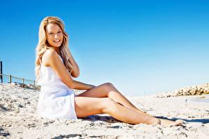 Фотографии Пляж Блондинка Улыбка Ноги Девушки