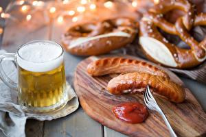Картинки Пиво Сосиска Разделочной доске Кружки Пена Кетчупа Пища