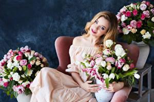 Фото Букеты Розы Тюльпаны Смотрит Платье Девушки