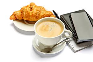 Картинки Кофе Круассан Белом фоне Чашке Ложка Блокнот Еда