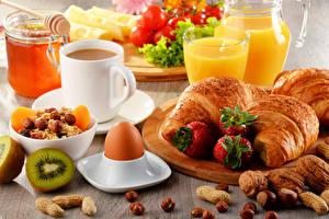 Картинки Круассан Кофе Орехи Клубника Сок Завтрак Чашка Яйца