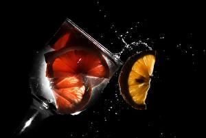 Картинки Напитки Лимоны Бокалы Черный фон Пища