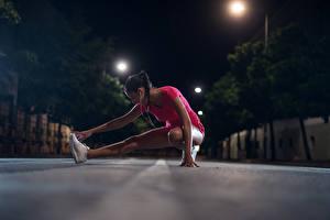 Обои для рабочего стола Фитнес Шатенки Тренировка Ног В ночи молодые женщины Спорт