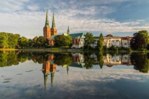 Фото Германия Здания Речка Деревья Отражение Luebeck