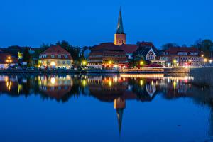Картинка Германия Здания Речка Пирсы Вечер Уличные фонари Holstein Города