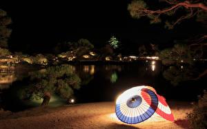 Фотографии Япония Сады Пруд Ночь Зонт Уличные фонари Okayama