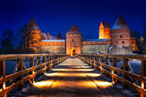 Фотографии Литва Замок Вечер Дороги Мосты Ограда Уличные фонари Trakai Castle Города