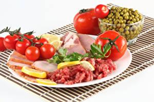 Картинка Мясные продукты Ветчина Помидоры Зеленый горошек Белом фоне Тарелке