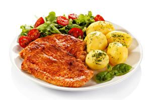 Картинки Мясные продукты Картошка Овощи Белый фон Тарелка Пища