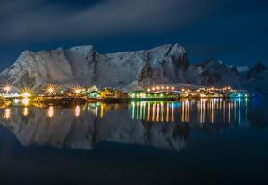 Обои Норвегия Лофотенские острова Гора Дома Залив В ночи Уличные фонари город