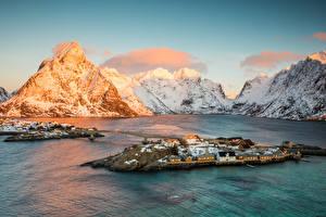 Фотографии Норвегия Лофотенские острова Горы Дома Мосты Снег Залив