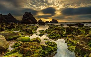 Картинка Португалия Берег Камень Небо Вечер Утес Мох Облака Praia da Ursa Sintra