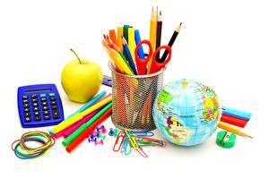 Обои Школа Яблоки Канцелярские товары Белом фоне Карандаш Глобус