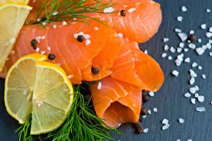 Фотография Морепродукты Рыба Укроп Лимоны Цветной фон Соль Продукты питания