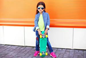 Фотография Роликовая доска Девочки Очки Рубашка Смотрит Дети