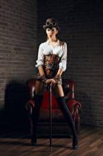 Картинки Стимпанк Кресло Униформе Шляпы Очки Ноги Красивый Девушки