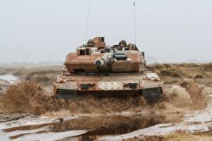 Картинка Танк Леопард 2 Грязь Немецкий Спереди военные