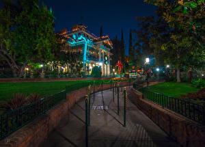Картинка Штаты Диснейленд Парки Здания Калифорния Анахайм Ночные HDRI Дизайн Газон Уличные фонари