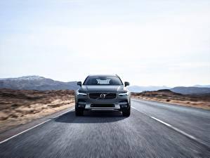 Фото Volvo Спереди Едет Универсал Cross Country V90 Silver 2017