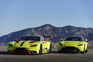 Картинка Aston Martin Стайлинг Двое Салатовый 2018 Vantage Машины