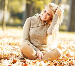 Фотография Осенние Блондинок Свитер Улыбка Зубы молодые женщины