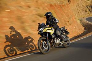 Фотографии BMW - Мотоциклы Мотоциклист Движение Шлем 2018 F 750 GS Мотоциклы