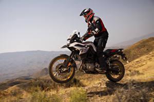 Фотография БМВ Мотоциклист Шлем Едущий 2018 F 850 GS Мотоциклы