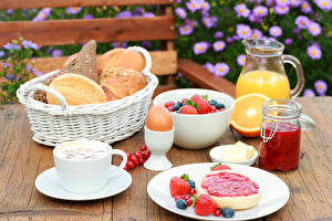 Картинки Бутерброды Хлеб Сок Ягоды Повидло Завтрак Яйца Корзинка Кувшины Банка Пища