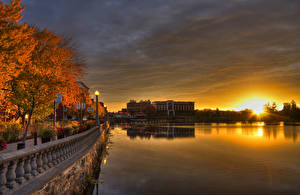 Фото Канада Здания Речка Рассветы и закаты Осенние Деревья Уличные фонари Ограда Набережная Sherbrooke Quebec Города