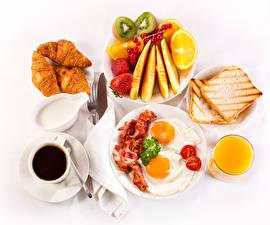 Фото Кофе Круассан Фрукты Мясные продукты Сок Хлеб Белый фон Завтрак Чашка Яичница Тарелка