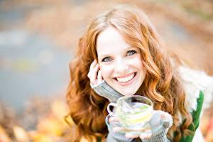 Картинка Напитки Улыбка Взгляд Чашка Рыжая Волосы